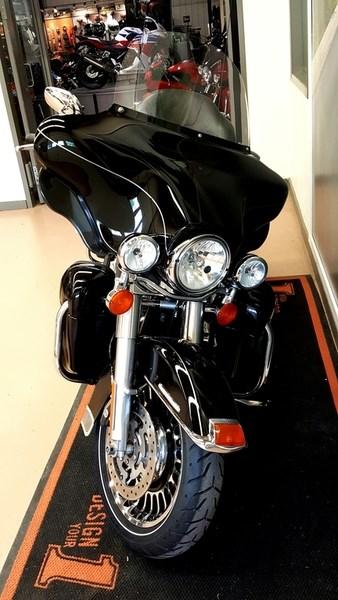 2011 Harley-Davidson FLHTK - Electra Glide® Ultra Limited Photo 2 of 11