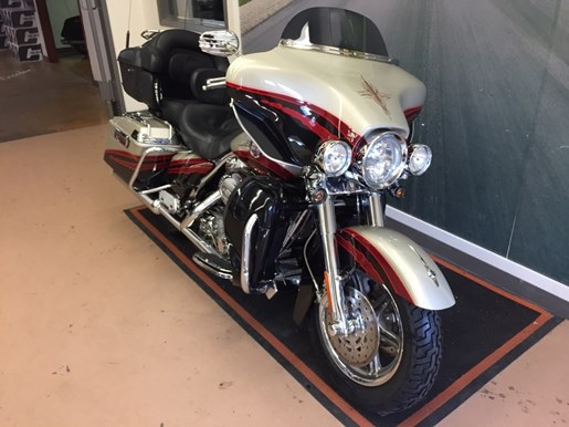 2006 Harley-Davidson FLHTCUSE - CVO Screamin' Eagle® Electra Glide® Photo 2 of 6