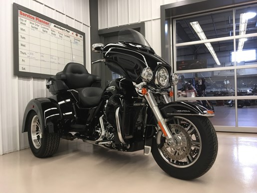 2016 Harley-Davidson FLHTCUTG - Tri Glide® Ultra Photo 2 of 6