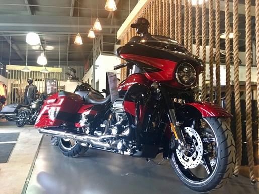 2017 Harley-Davidson FLHXSE - CVO™ Street Glide® Photo 2 of 12