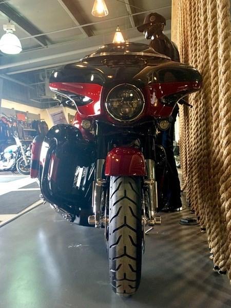 2017 Harley-Davidson FLHXSE - CVO™ Street Glide® Photo 3 of 12