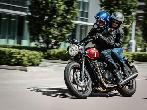 2018 Triumph Street Twin Cranberry Red Photo 2 of 4