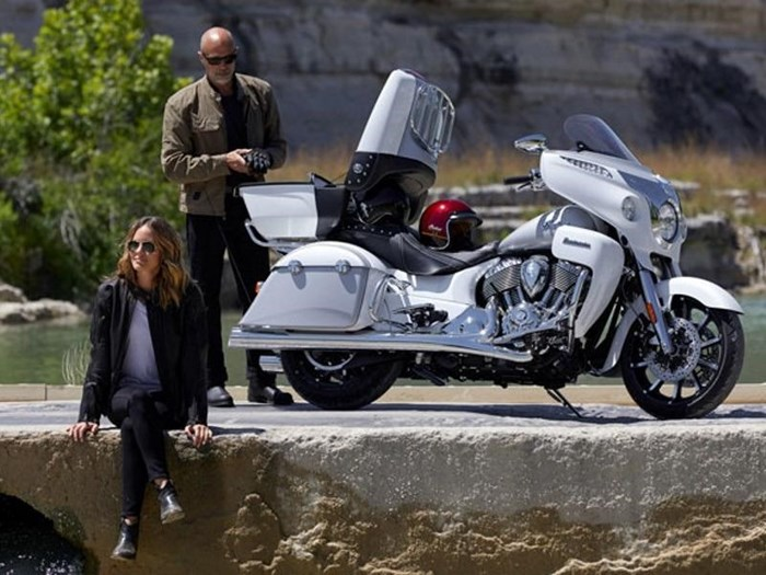 2018 Indian Motorcycle® Roadmaster® ABS Pearl White over Star Si Photo 4 of 11