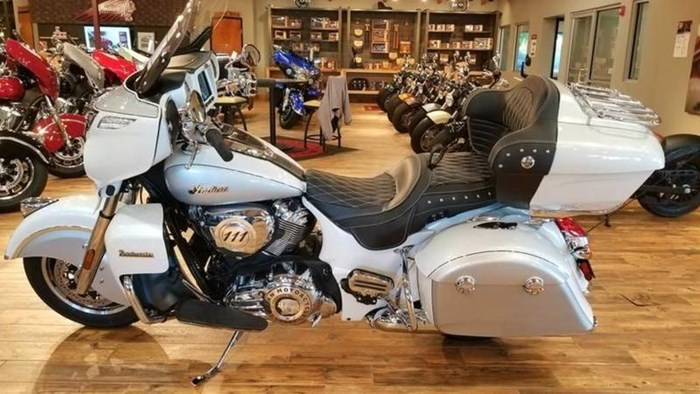 2018 Indian Motorcycle® Roadmaster® ABS Pearl White over Star Si Photo 2 of 11