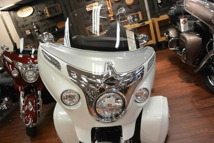 2018 Indian Motorcycle® Roadmaster® ABS Pearl White over Star Si Photo 3 of 11