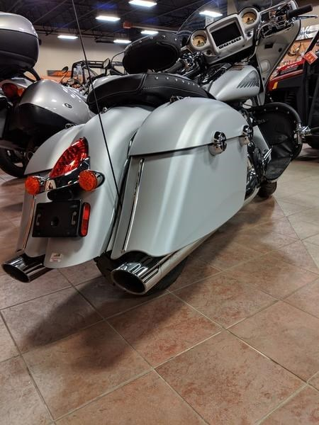 2018 Indian Motorcycle® Chieftain® Classic ABS Star Silver Smoke Photo 2 of 9
