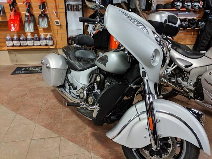 2018 Indian Motorcycle® Chieftain® Classic ABS Star Silver Smoke Photo 6 of 9