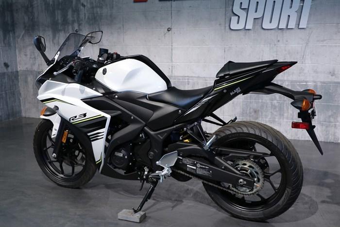 2017 Yamaha YZF-R3 ABS Photo 4 of 13
